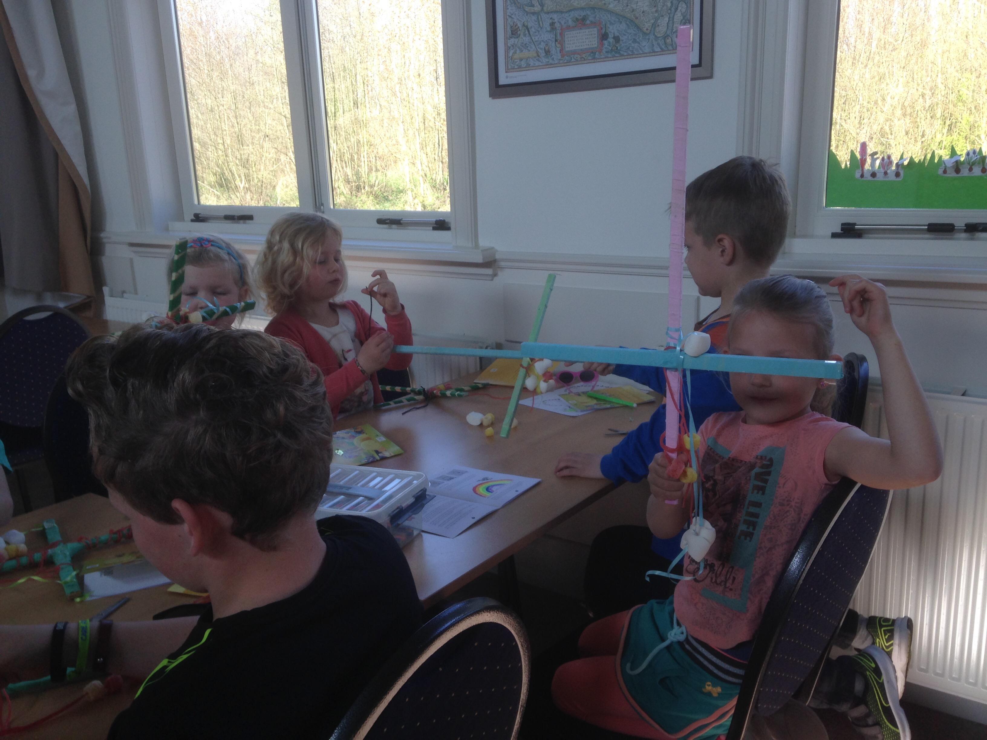 De kinderen maken een Palmpasenstok (9 april 2017)
